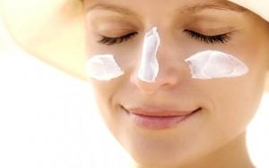 suntan lotion woman applying sunscreen 1024x400
